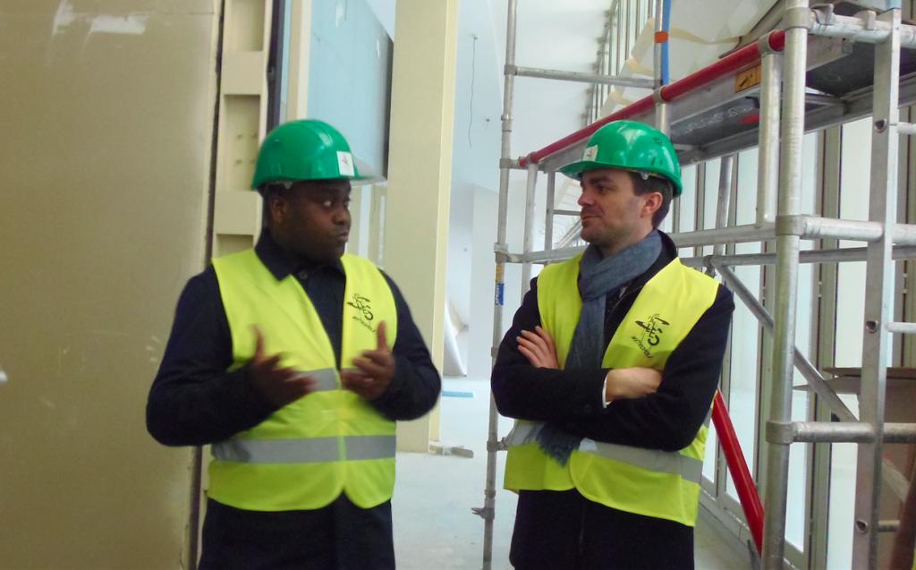 Arnaud Houndjo Responsable Entrepreneuriat de La Place expliquant les missions de l'incubateur à Bruno Julliard, adjoint au Paris.
